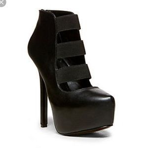 "*LIKE NEW* Steve Madden ""Bash"" booties in black."
